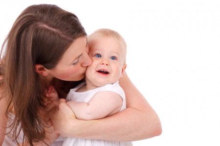 bébé épanoui et sa maman